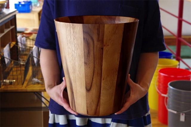 濃淡のある木目がおしゃれな、アカシアで作られたゴミ箱