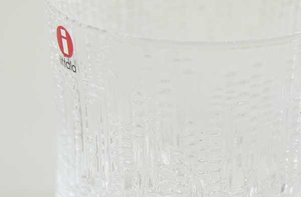 氷が水を滴らせているようなデザインの、おしゃれなグラス