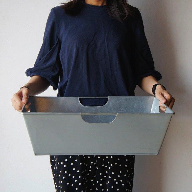 シンプルなデザインの、おしゃれなスチール製の荷物置き