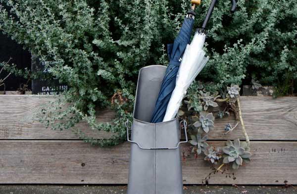 アンティーク品のような、おしゃれなスチール製の傘立て