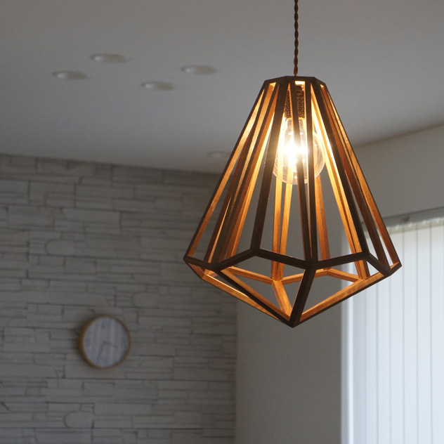美しい陰影が壁や天井に映し出される、おしゃれな木製のペンダントライト