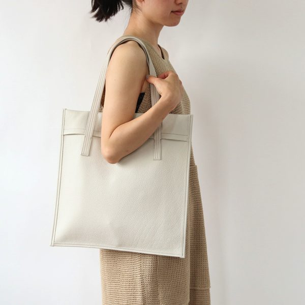 フラットな形状が特徴の、シンプルなデザインのおしゃれなレザーバッグ
