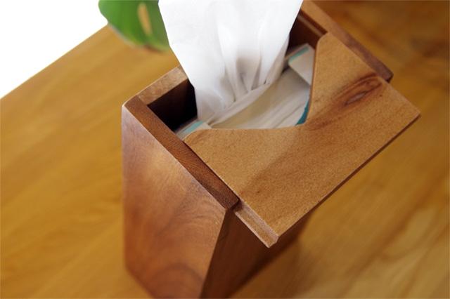 濃淡のある木目が特徴の、おしゃれな木製ティッシュボックス