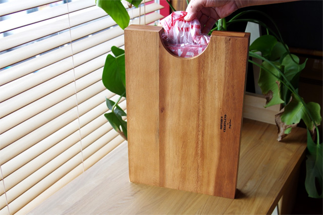 濃淡のある木目が特徴の、おしゃれなゴミ袋ケース
