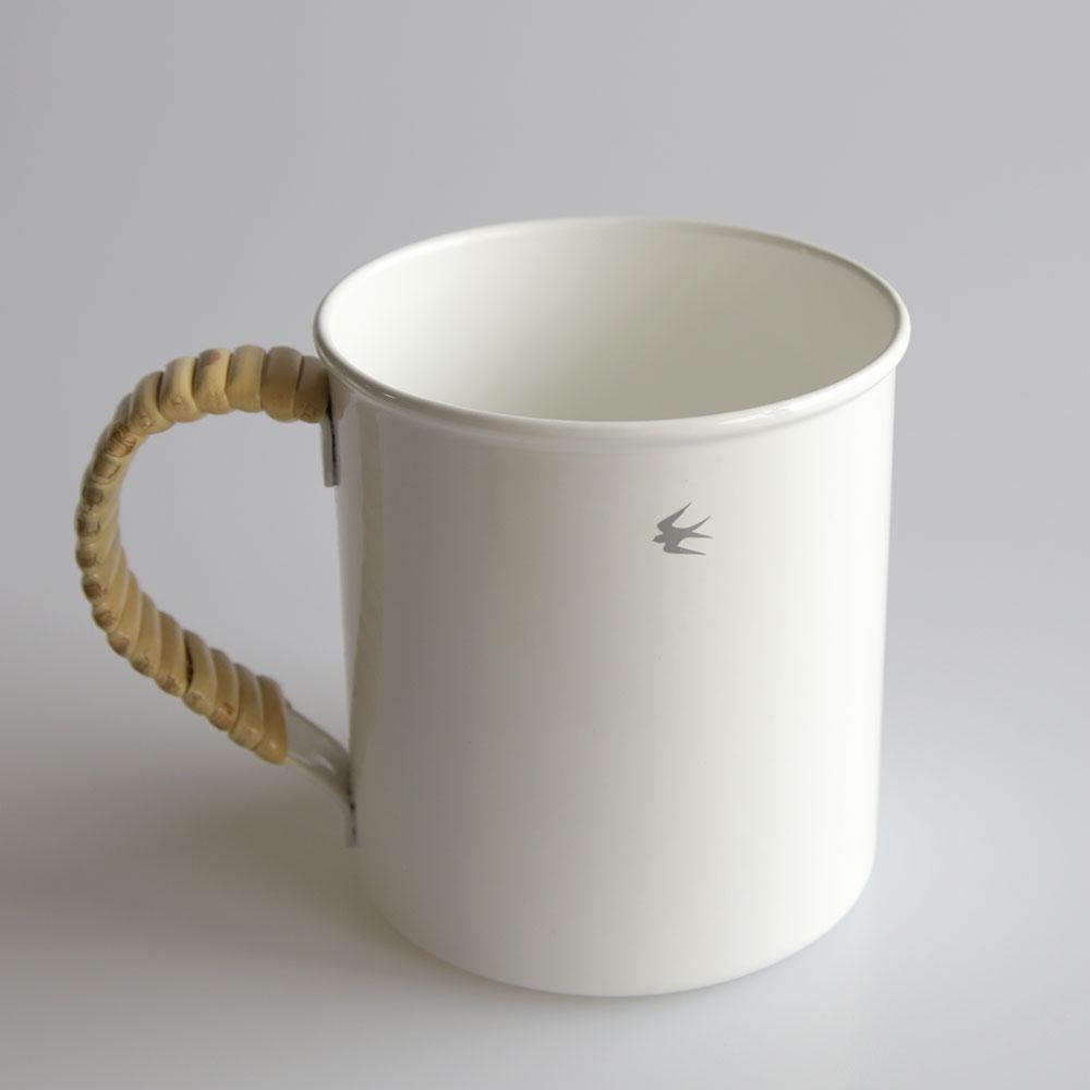 持ち手部分に籐を巻いた、おしゃれなマグカップ