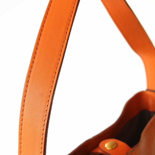 シンプルなデザインの、おしゃれなバケツ型レザーバッグ