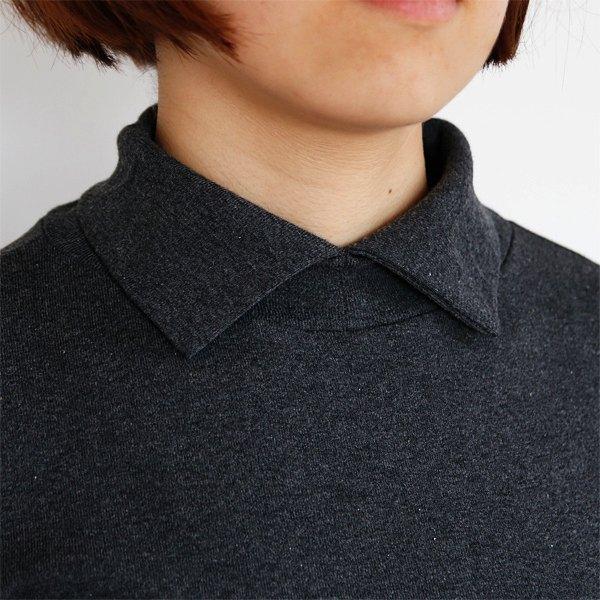 高めの襟で首まで暖かい、おしゃれな襟付きカットソー