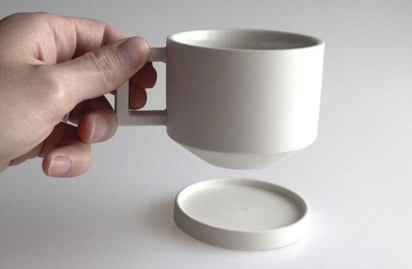 シンプルなデザインでおしゃれな白いコーヒーカップとソーサー