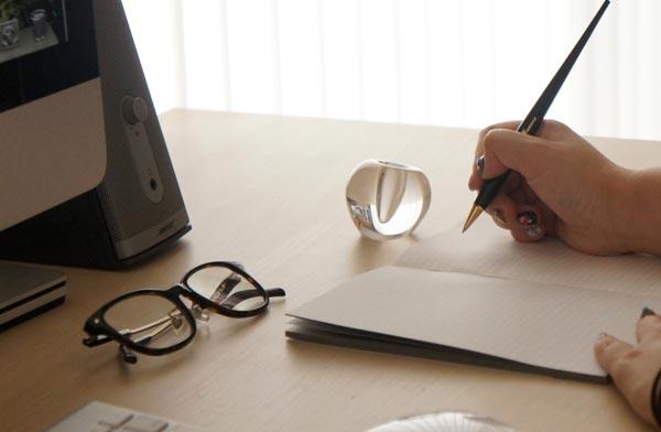 水玉のような綺麗なガラスが美しい、おしゃれなペンとスタンドのセット