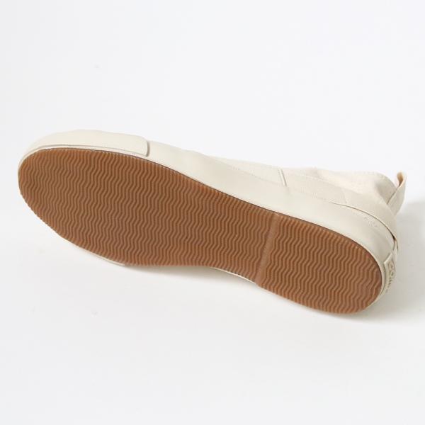 懐かしさを感じさせるデザインの、おしゃれな白いスニーカー