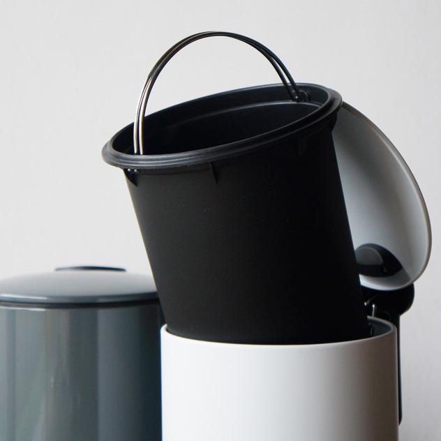 絶妙な色合いのおしゃれなフタ付きゴミ箱