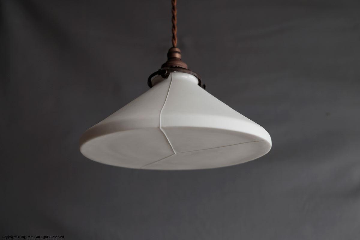 レトロな雰囲気がおしゃれな、円すい型のランプシェード