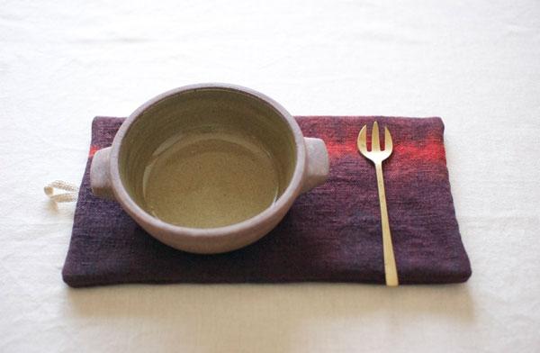 赤い絞り染めの模様がおしゃれな、草木染めの鍋敷き
