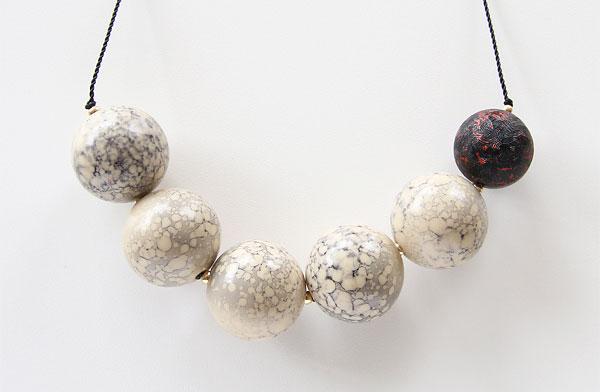 ボール状のビーズが連なった、印象的でおしゃれなネックレス