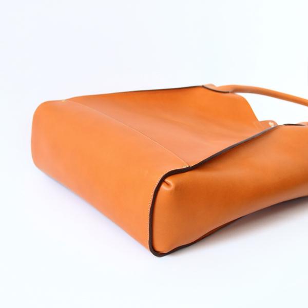 長く使えるシンプルな作りの、おしゃれなレザートートバッグ