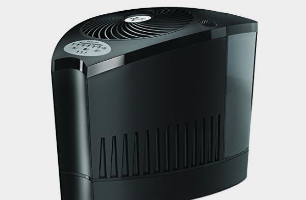室内全体を竜巻技術で加湿する、おしゃれな気化式加湿器