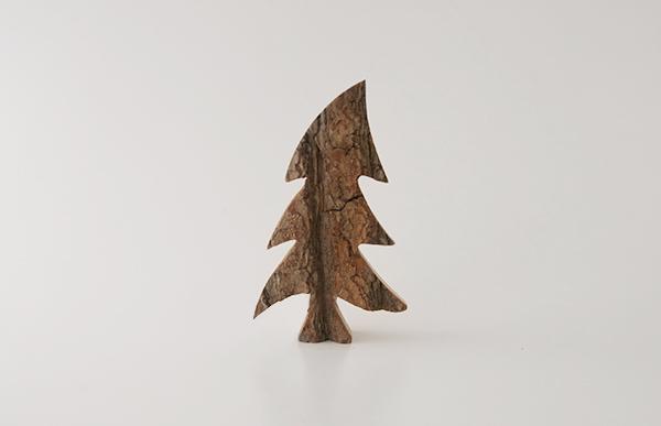 職人がひとつひとつを丁寧に切り出し加工した、おしゃれな木製クリスマスツリー