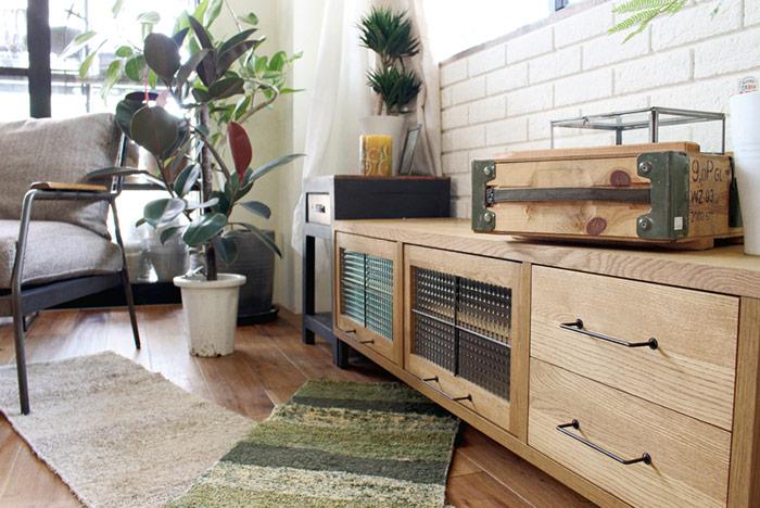 オーク無垢材とアイアンを組み合わせた、おしゃれなテレビ台