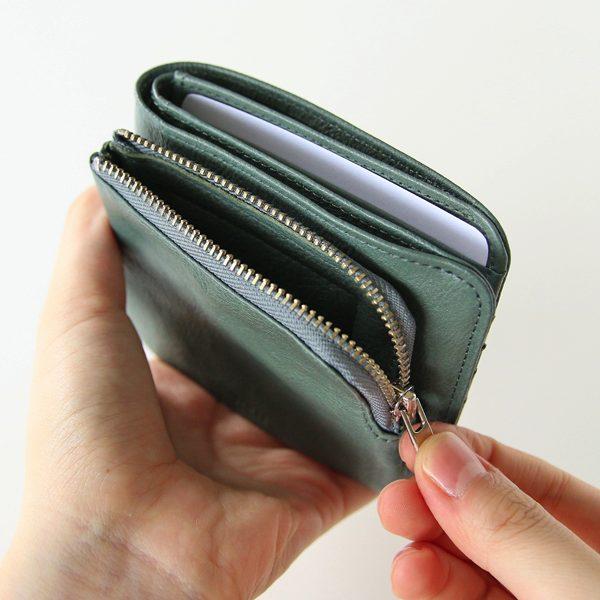 使い勝手の良い、おしゃれでミニマルな革製の2つ折り財布