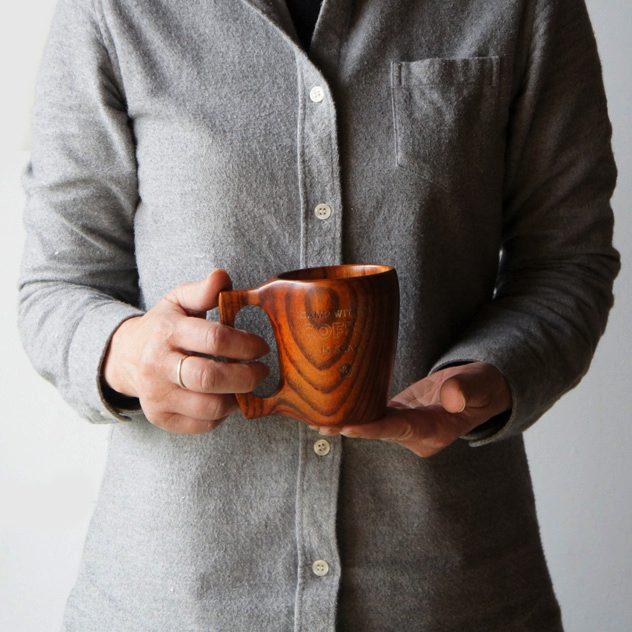 大きな持ち手で安定感バツグンの、おしゃれな木製マグカップ