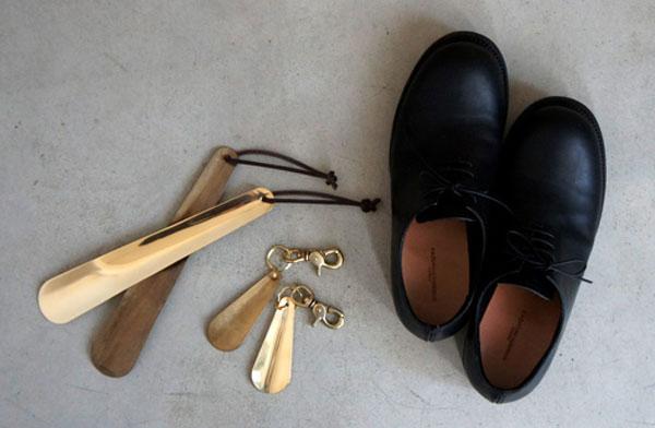 無垢の真鍮から作られた、携帯サイズのおしゃれな靴べら