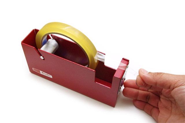 シンプルで無骨なスチール製の、おしゃれなセロテープカッター台