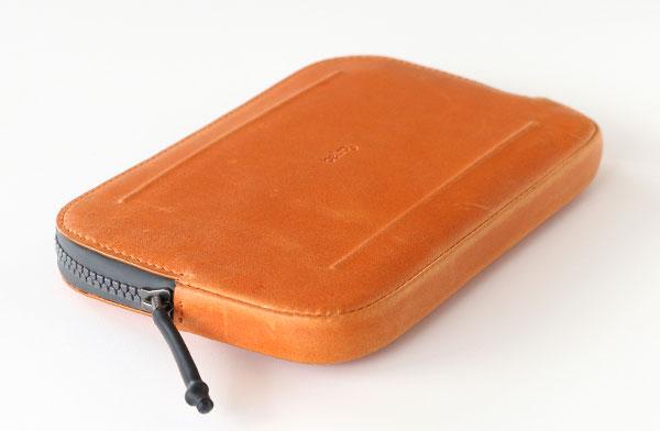 お出かけや旅行に役立つ、おしゃれな革製の収納ポーチ