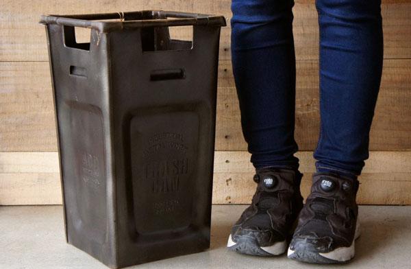 傘立てとしても使える、おしゃれなスチール製のゴミ箱