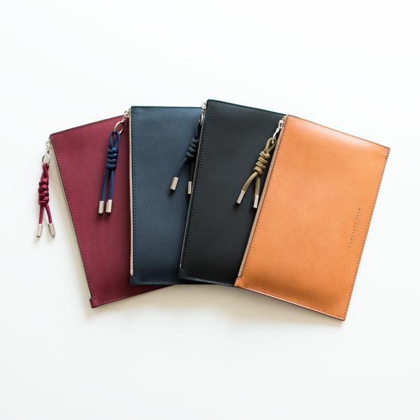 薄手でコンパクト、シンプルなデザインのおしゃれな革製のポーチ
