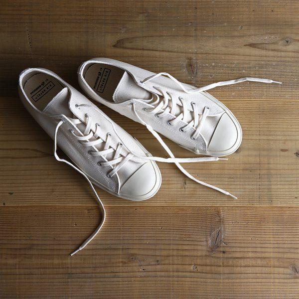 シンプルでおしゃれなキャンバス生地の白いスニーカー