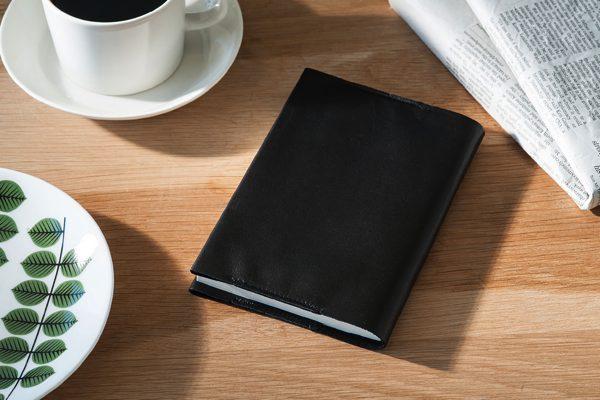 無駄のないシンプルなデザインが魅力の、おしゃれなブックカバー