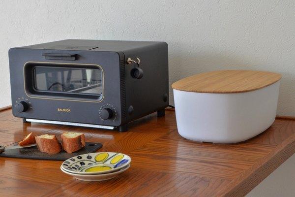 スッキリしたデザインでちょうど良くキッチンを片付けてくれる、おしゃれなブレッドボックス