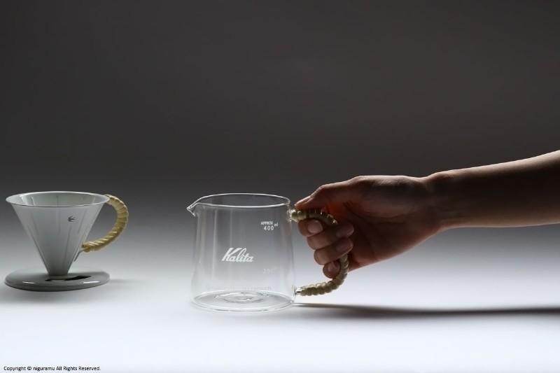 ハンドルにラタンを巻いた、おしゃれなガラスコーヒーサーバー
