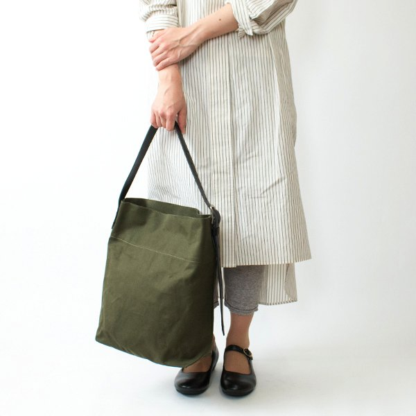 シンプルで素朴なデザインの、おしゃれなキャンバスバッグ
