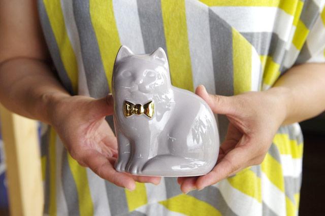 金色のリボンがポイントのおしゃれなネコの貯金箱