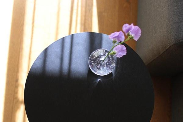 ガラスの中にちりばめられた気泡が美しい、おしゃれなフラワーベース