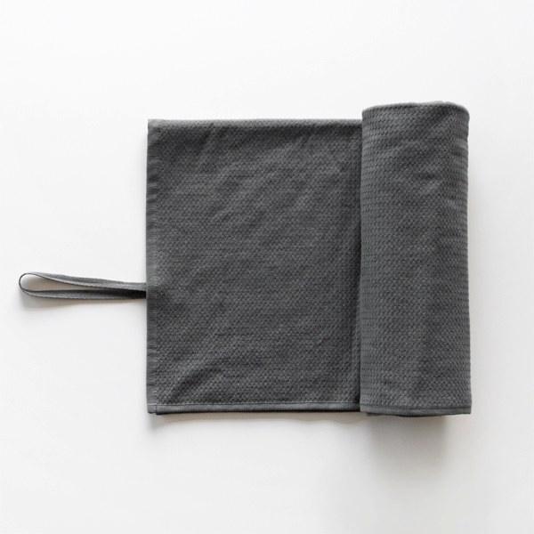 吸水性が高くスポーツでの使用にぴったりの、おしゃれなロールストラップ付きタオル