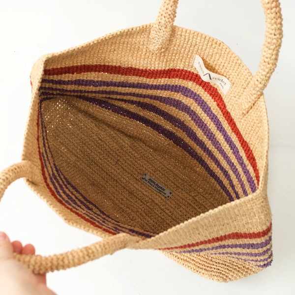 ハンドメイドで丁寧に編み込まれた、おしゃれなラフィアのバッグ