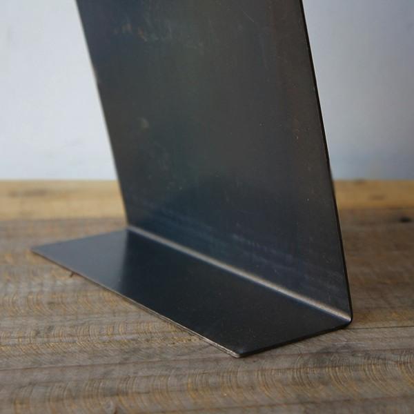 シンプルなデザインの、おしゃれな鉄製ディスプレイボード