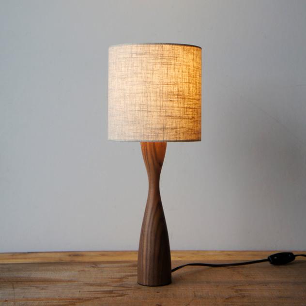 麻混素材のシェードから柔らかな光が照らす、おしゃれなテーブルライト