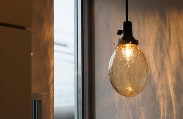 綺麗な陰影が独特の光を発する、おしゃれなガラス製のペンダントライト