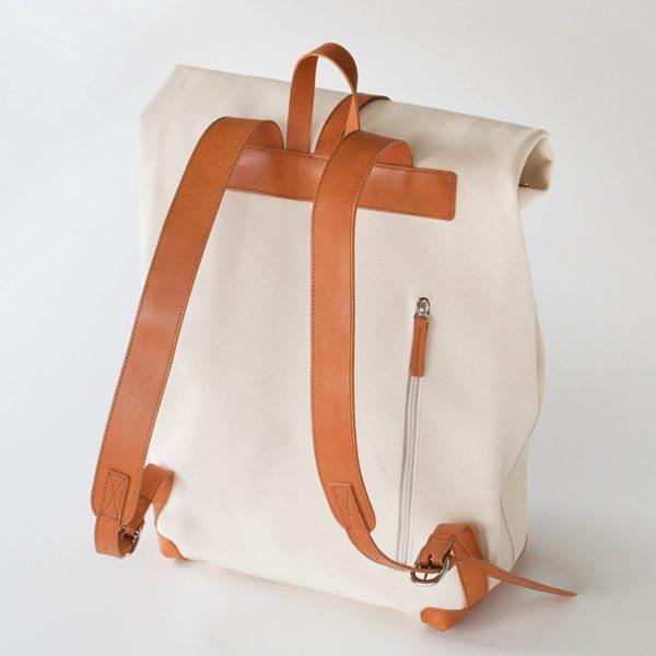 上質な国産帆布を使用した、筒状の袋のようになっているおしゃれなリュックサック