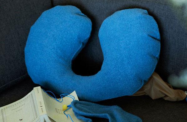 移動中の睡眠をサポートする、おしゃれなネックピロー&アイマスク