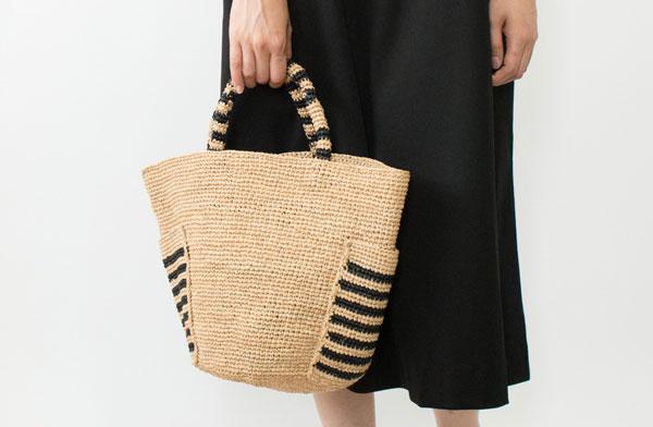 上質なラフィアを丁寧に編み込んだ、おしゃれなバッグ