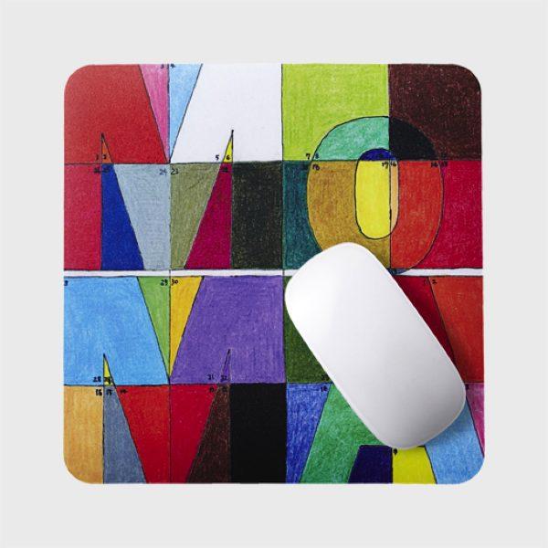 独創的且つ幾何学的な解釈で、インパクトのある新しいMoMAのロゴをモチーフにした、おしゃれなマウスパッド