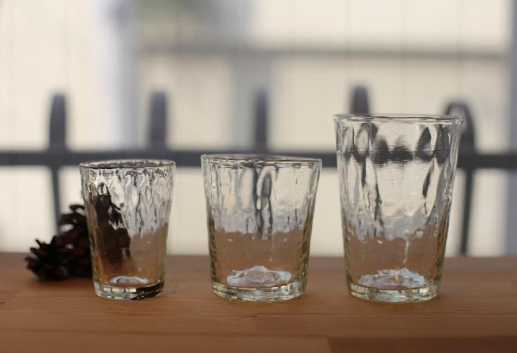 網目模様が美しい光や影を生み出す、おしゃれな吹きガラスのコップ