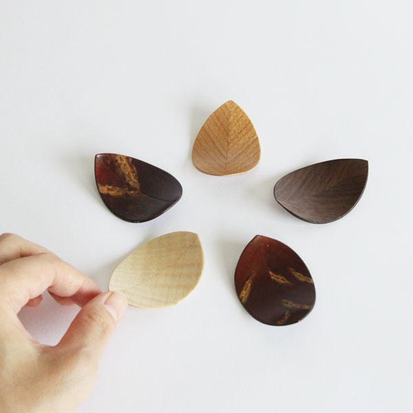 葉のフォルムが美しい、桜の樹皮から作られたおしゃれな箸置き