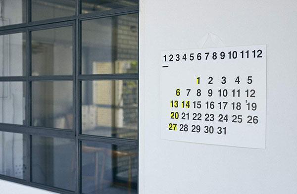 シンプルなデザインの中にも遊び心が感じられる、おしゃれな大判カレンダー2019年版