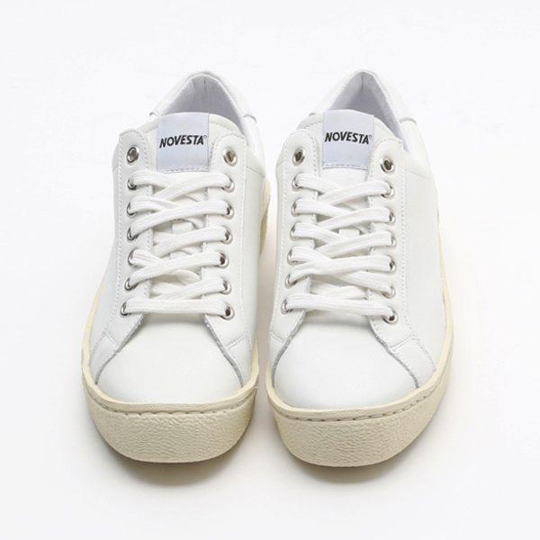長年シューズを作り続けてきたメーカーから生まれた、おしゃれな白いスニーカー