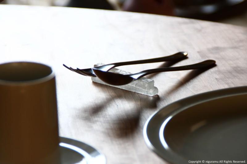 ガラスで作られた、おしゃれな長めの箸置き